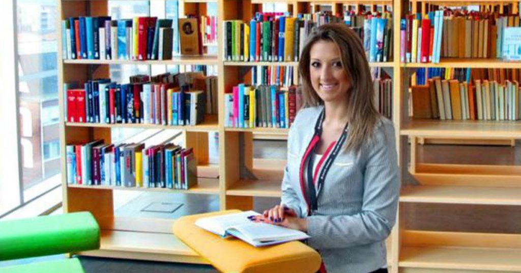 Marija Marinkovic tarkistaa Lukulumon käännöksiä